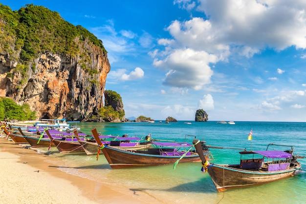 アオプラナンビーチ、クラビ、タイの伝統的なロングテールボート