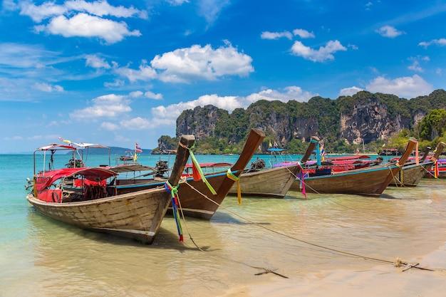 Традиционная длиннохвостая лодка на пляже рейли, краби, таиланд