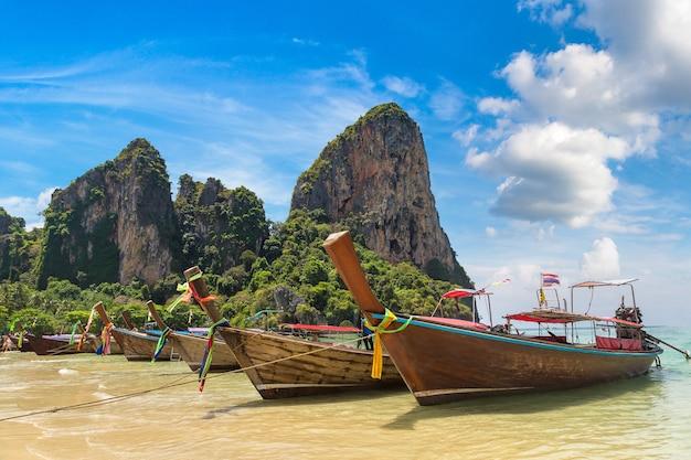 ライレイビーチ、クラビ、タイの伝統的なロングテールボート