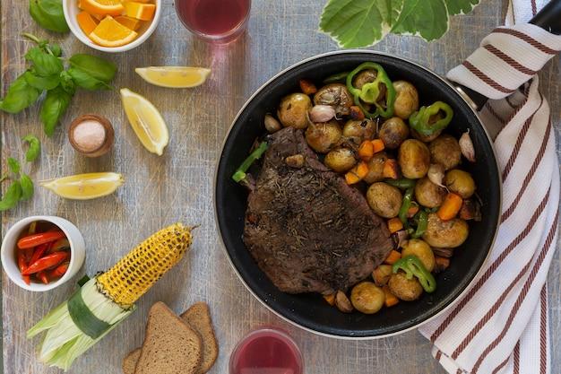 Традиционный обед американской кухни, стейк на гриле и различные овощи, вид сверху