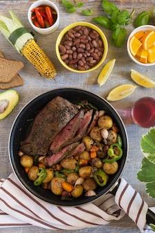 전통적인 점심 미국 요리 그릴 스테이크와 다양한 야채, 최고 전망