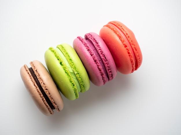 흰색 배경에 다양한 색상의 전통적인 마카롱 쿠키가 놓여 있습니다. 고립 된 항목, 과자, 제과입니다. 평면도