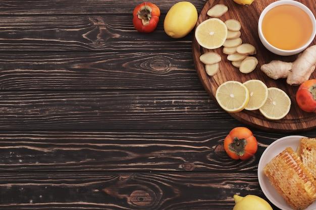 伝統医学。蜂蜜と蜂のハニカム。生姜とレモン。癒しのお茶。お茶の材料。レモンと生姜のお茶。お茶のはちみつ。スペースをコピーします。デザイン要素。