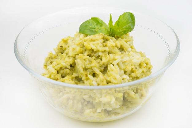 긴 곡물 쌀, 시금치, 실란트로 및 마늘로 만든 전통적인 멕시코 arroz verde 녹색 쌀 요리