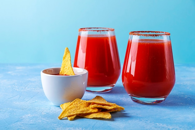 伝統的なメキシコ料理:ナチョス、スパイシーソースのコーントルティーヤチップス