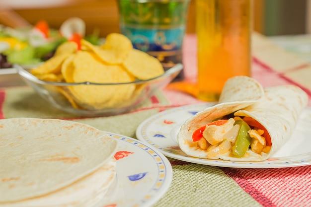 파히타 치킨을 곁들인 멕시코 전통 음식