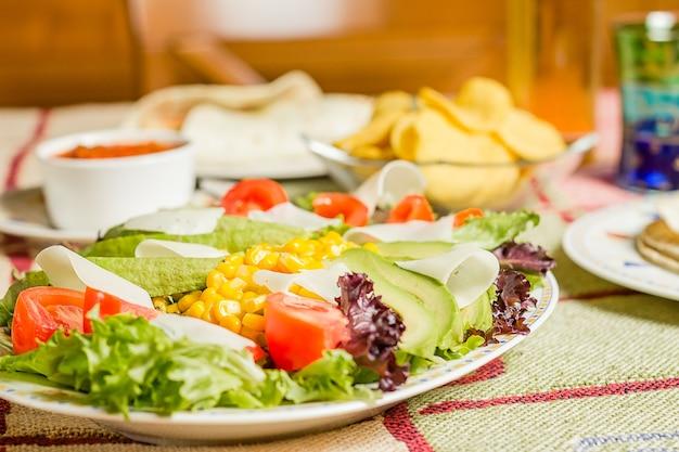 나초와 샐러드를 곁들인 전통 멕시코 음식