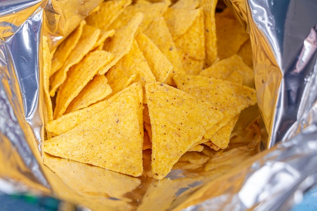 オープンバッグに入った伝統的なメキシコのナチョスコーントルティーヤチップス
