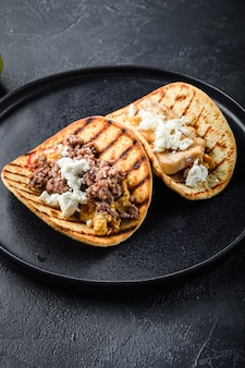 チキンとビーフの伝統的なメキシコのタコス
