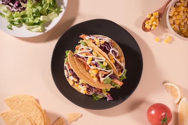 肉と野菜を使った伝統的なメキシコのタコス。ラテンアメリカ料理。