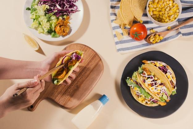 고기와 야채를 곁들인 전통적인 멕시코 타코. 라틴 아메리카 음식.