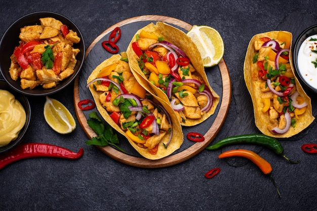 고기와 함께 전통적인 멕시코 타코