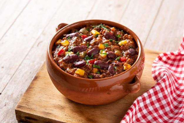 Традиционный мексиканский tex mex chili con carne на деревянном столе.