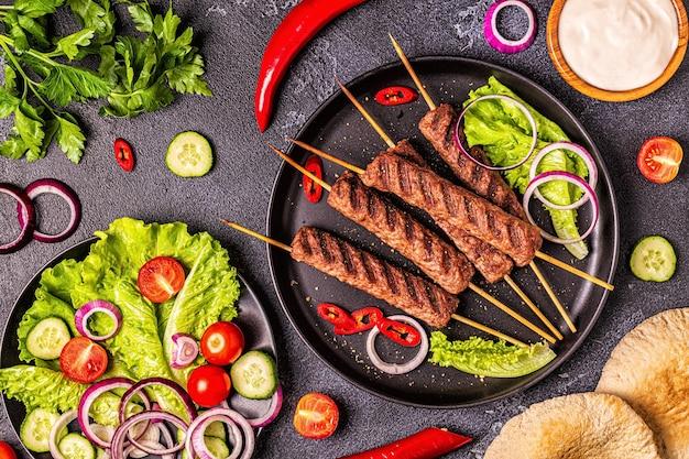 伝統的な中東、アラビアまたは地中海の肉のケバブと野菜とピタパン