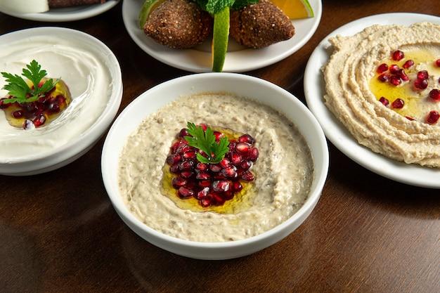 전통적인 중동 음식 레바논 음식 아라비아 바바 ghanoush with 석류 씨앗 labneh yorgut hummus