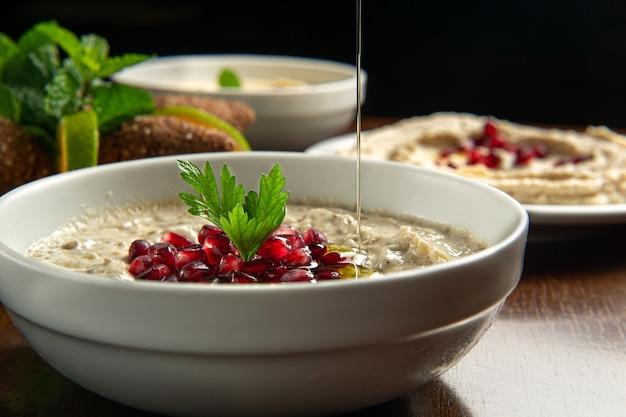전통적인 중동 음식. 레바논 음식. 석류 씨를 곁들인 아라비안 바바가 누스