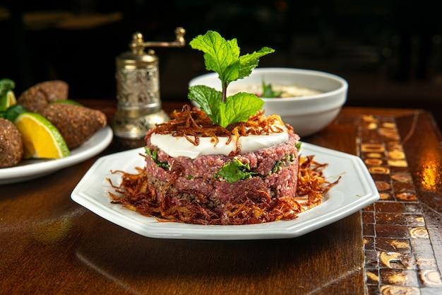 伝統的な中東料理。レバノン料理。アラビア産ラム肉プレート