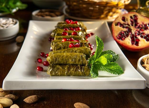 伝統的な中東料理。レバノン料理。ザクロの種とアラビアのぬいぐるみブドウの葉