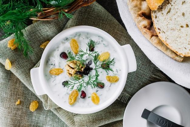伝統的なミックススープovdukhプレーンヨーグルトキュウリ春タマネギディルバジル卵牛肉ニンニクトップビュー