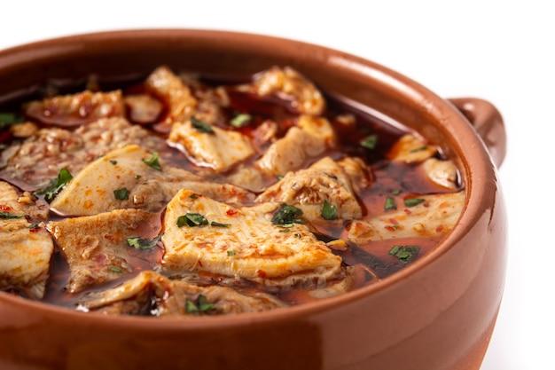 Традиционный суп мондонго или эль-менудо, изолированные на белом