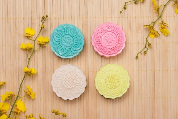 Традиционные лунные пирожные на сервировке стола. лунные лепешки из снежной кожи. еда китайского фестиваля середины осени.