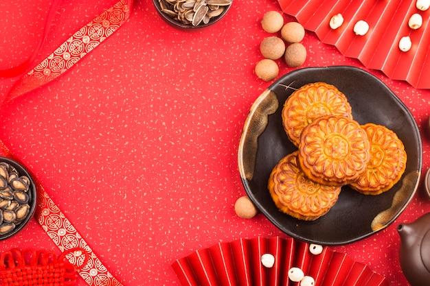 ティーカップとテーブルの上の伝統的な月餅