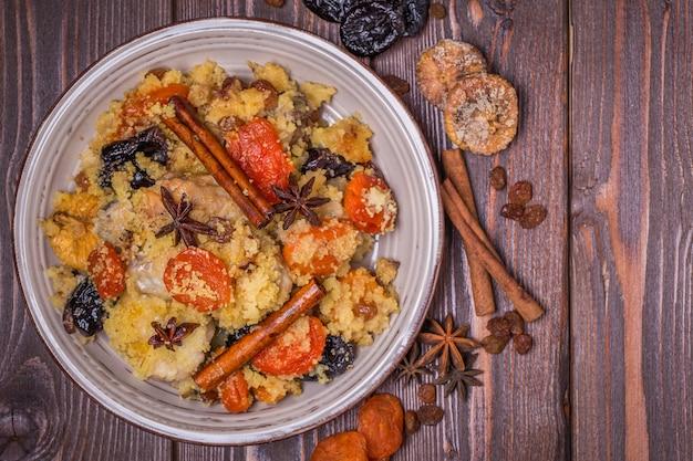 말린 과일과 향신료와 함께 전통적인 모로코 치킨.