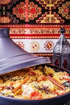 Традиционный марокканский таджин из курицы с сухофруктами и специями.