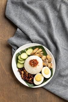 Традиционное блюдо наси лемак