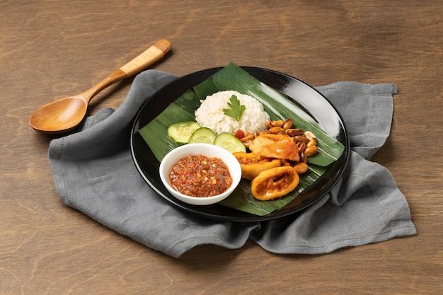 Традиционный ассортимент блюд наси лемак