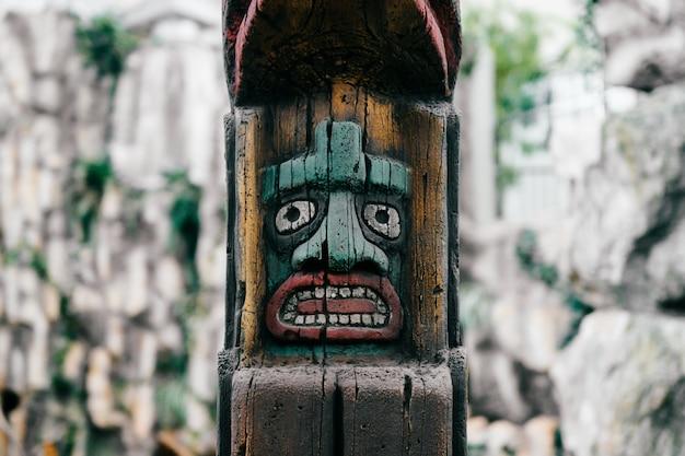 전통적인 국가 인도 토템. 토템 기둥 조각 예술. 고대 나무 마스크. 마야와 아즈텍은 상징적 인 종교 신들이 직면하고 있습니다.