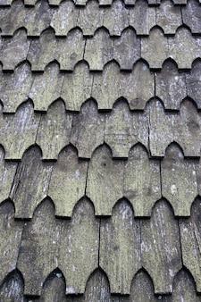木製のタイルで作られた伝統的な国の屋根システム。