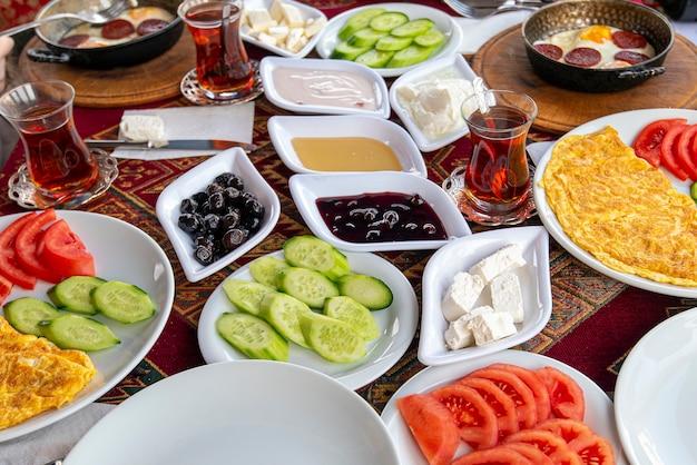 多くの種類の食べ物や軽食を含む伝統的なトルコの自然な朝食