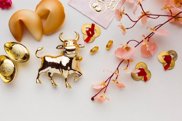 Традиционный новогодний китайский бык и ветка цветов