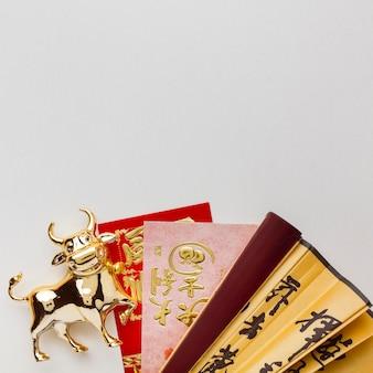 伝統的な旧正月の中国の牛とファンのコピースペース