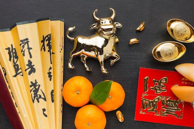 Традиционный новогодний китайский бык и веер