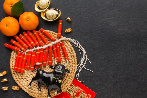 Традиционный новогодний китайский бык и петарды