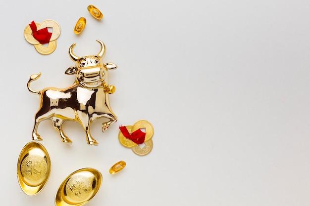 Традиционный новогодний китайский бык и золотые предметы