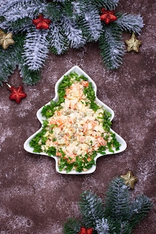 Традиционный новогодний русский салат оливье в виде елки