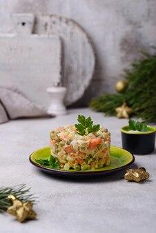 Традиционный новогодний русский салат оливье