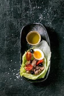マグロの缶詰の伝統的なニコイズサラダ