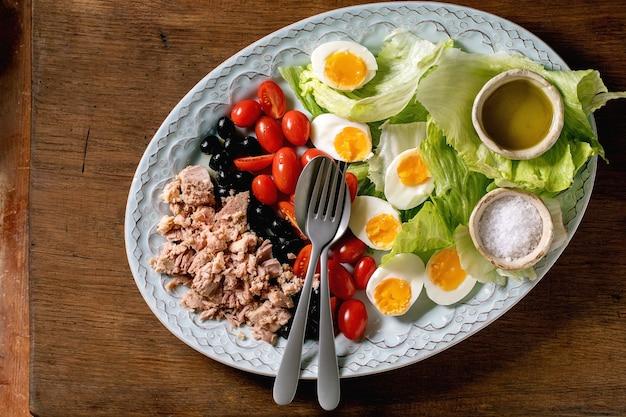 Традиционный салат нисуаз с консервированным тунцом
