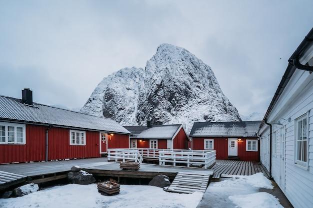 ノルウェー、ロフォーテン諸島の伝統的なノルウェーの漁師の小屋