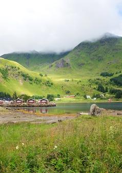 푸른 언덕, lofoten 군도, 노르웨이의 배경에 대해 전통적인 노르웨이 빨간 주택