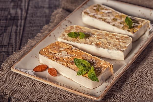 Традиционный десерт из нуги из миндаля и меда