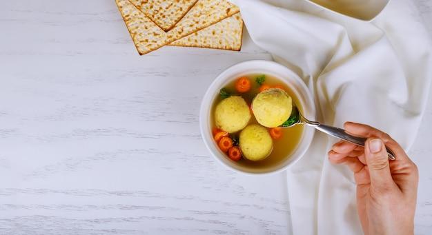 Традиционное вкусное домашнее еврейское пасхальное блюдо суп из мацы с шариками
