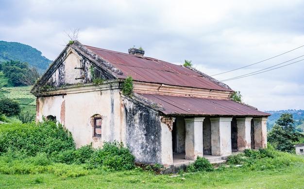 카트만두 네팔의 전통적인 오래된 손상된 집