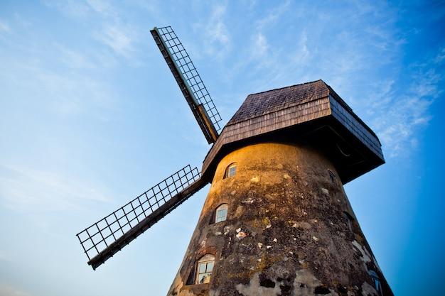 伝統的な古いオランダの風車ツェーシス、白い雲と青い空を背景にラトビア
