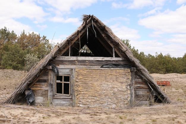 이른 봄 날, 우크라이나에 짚으로 덮여 지붕 전통적인 오래 된 소박한 건물. 관광지.