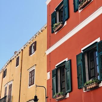 小さなカラフルな建物があるクロアチア、ロヴィニの伝統的な旧市街建築